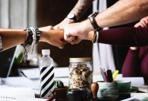 Savoir surmonter les comportements réservés permet de saisir les occasions de rencontrer de nouveaux partenaires